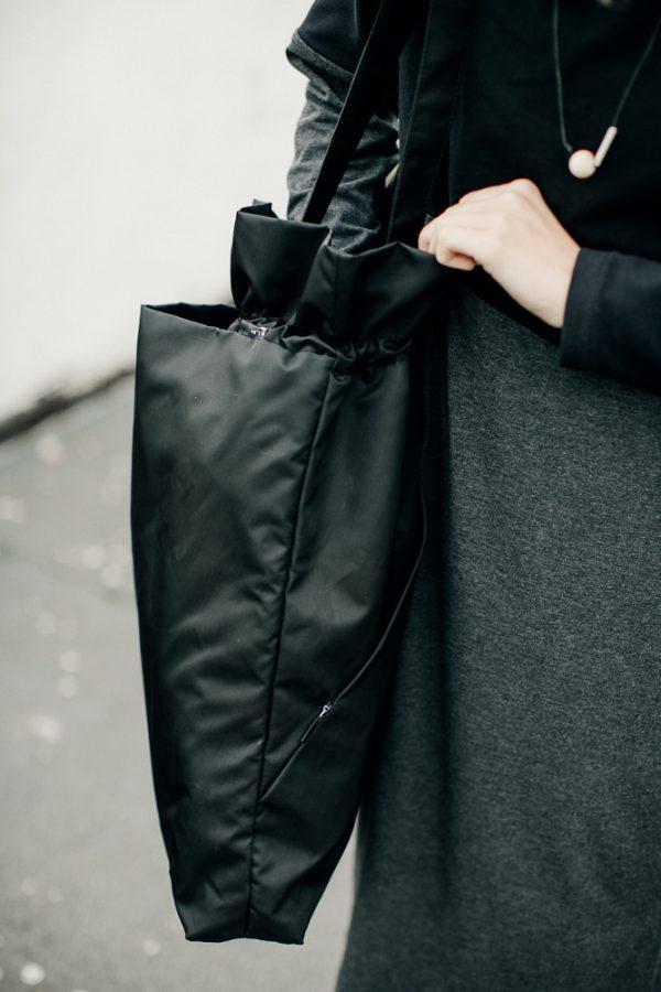 Torba Czarna Mniejsza TCMPojemna czarna damska torba na ramię. NIeprzemakalna. Idealna do jazdy na rowerze.