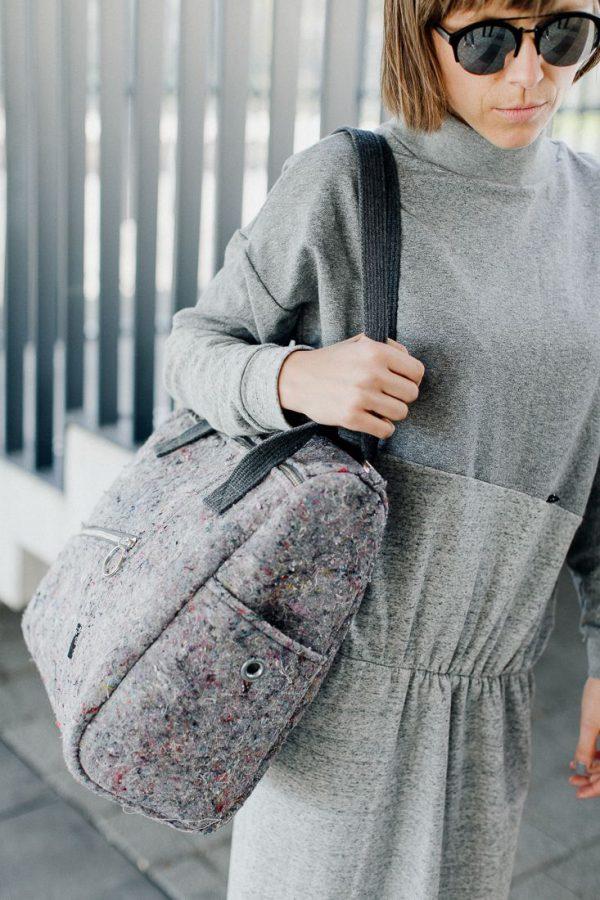 torba KOSTKA WŁÓKNISTA. Stylowa duża torba damska w kształcie szarej kostki, wykonana z materiału z recyklingu jakim jest filc. Odważny design. Polski handmade.