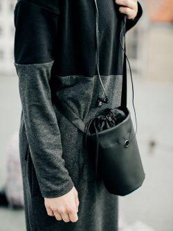 Worek bardzo nieduży WBN. Praktyczny, lekki woreczek, na telefon, portfel i inne drobiazgi. Kolor czarny. Wykonana z dbałością o szczegóły. Handmade.