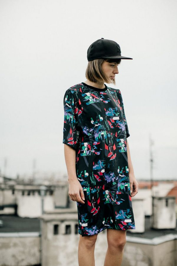 sukienka ryba i czapla RiC. Wygodna, lekka, sukienka w oryginalne motywy roślinne i zwierzęce, w kolorach czerwieni, fioletu, zieleni, na czarnym tle.