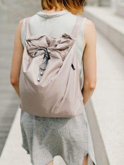 worek RÓŻOWE KAKAO. Nieprzemakalny ortalionowy worek w kolorze bladego różu połączonego z szarością i beżem. Stylowy handmade.