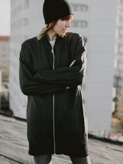 kurtka BOMBER DŁUGI. Czarna oversize'owa kurtka/bluza damska z ortalionu gniecionego. Styl miejski. Wykonana z dbałością o szczegóły. Polski handmade.