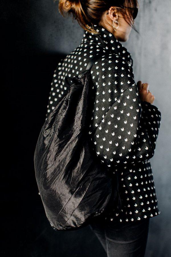 Worek GNIECIUCH. Duży czarny stylowy worek w stylu marynarskim. Materiał odblaskowy gnieciony. Szyty ręcznie. Polski Handmade.