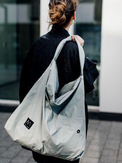 Torba MIĘTUS. Duża popielata stylowa torba w stylu miejskim. Wykonana ręcznie z lekko gniecionej tkaniny. Polski Handmade.