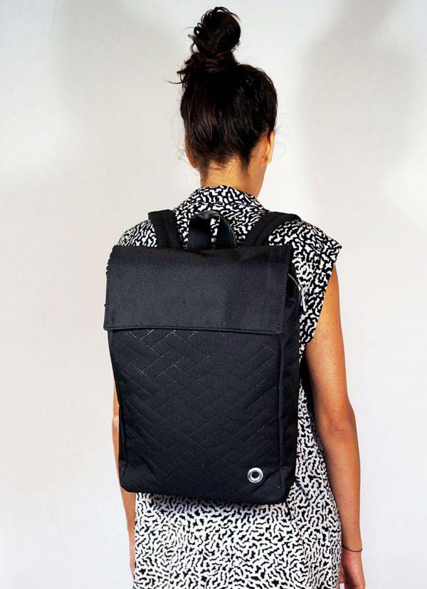 plecak SPALONY PROSTOKĄT. NIeduży stylowy czarny damski plecak miejski z miejscem na małego laptopa.