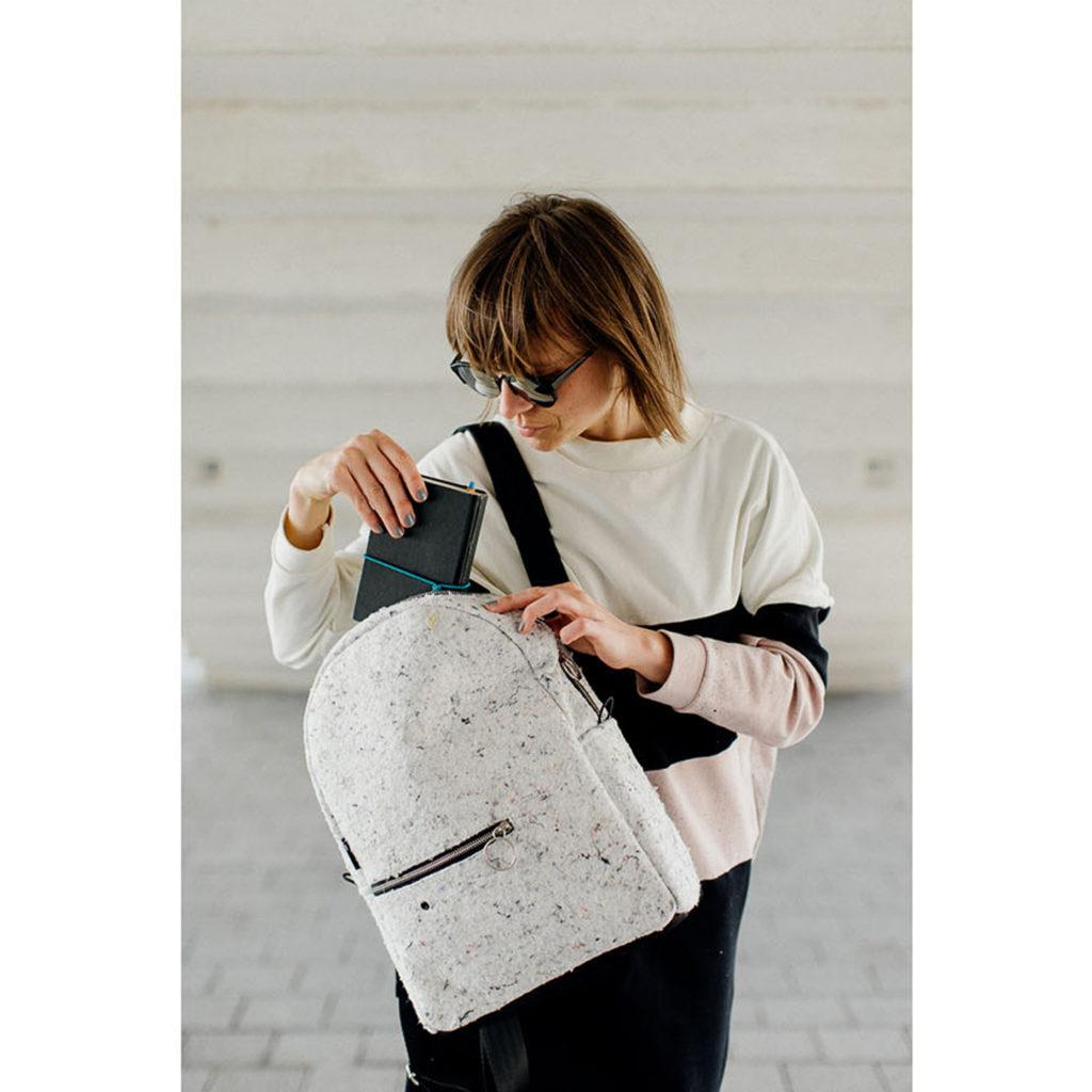 damski stylowy plecak na laptopa z białego filcu. Materiał z recyklingu. Handmade.