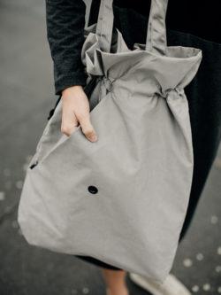 Torba srebrno srebrna TSS. Duża damska stylowa torba w kolorze srebrnym. NIeprzemakalna z dużą ilością zamykanych kieszeni. Ręcznie wykonana.