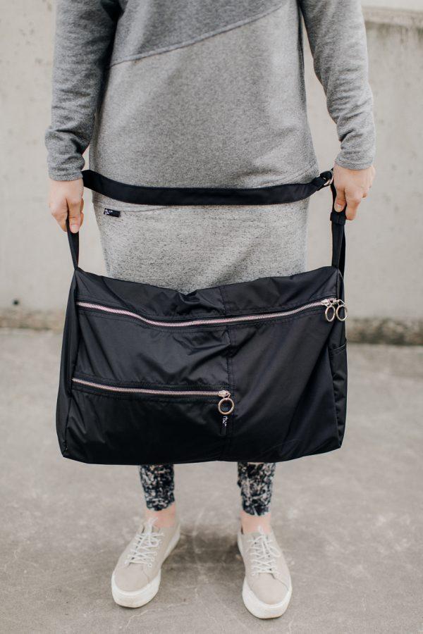 torba KOLAŻ. Czarna damska stylowa torba na fitness lub siłownię.