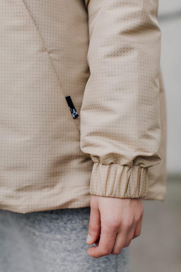 Kurtka damska PIEGOWATA. Ręcznie wykonana,lekka, wodoodporna kurtka damska z jasnego kremowego materiału w drobne kropeczki.