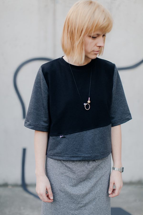 Podkoszulek damski SKOS. Ręcznie wykonany z dzianiny (bawełna + elastan) w kolorach czarnym i szarym