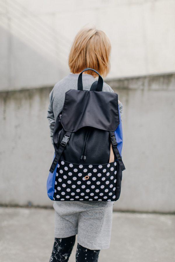 Plecak KOLAŻ NIEBIESKI. Damski plecak w stylu miejskim w kolorze czarnym z elementami niebieskimi i białymi kropkami. PLecak wododporny z miejscem na laptopa.