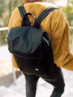 plecak PROSTOKĄT SMOLISTY na plecach dziewczyny
