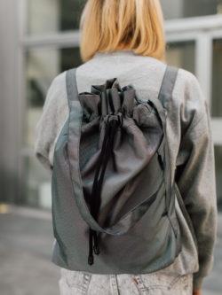 Worek ZACHMURZONY. Ręcznie wykonany, damski, ciemnogranatowy worek/plecak. Może też przybrać postać torby na ramię. Odporny na złe warunki pogodowe.