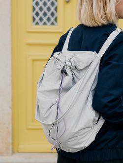 Damski popielaty worek miejski SZARÓWKA W KRATKĘ na plecach dziewczyny