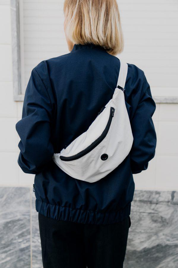 nerka xl SZARY GOFR na plecach dziewczyny ubranej w ciemną kurtkę.