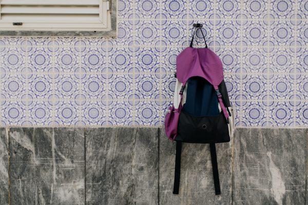plecak Śliwka . Plecak powieszony na ścianie.