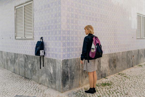 plecak Śliwka . Dziewczyna z tym plecakiem na rogu ulicy.