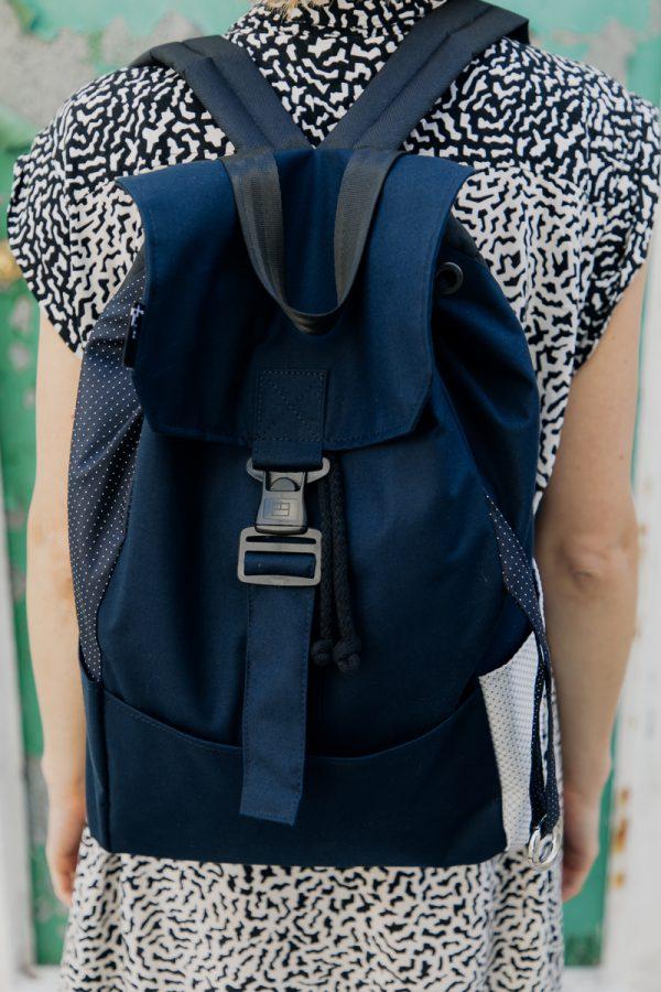 Plecak damski miejski granatowy na plecach