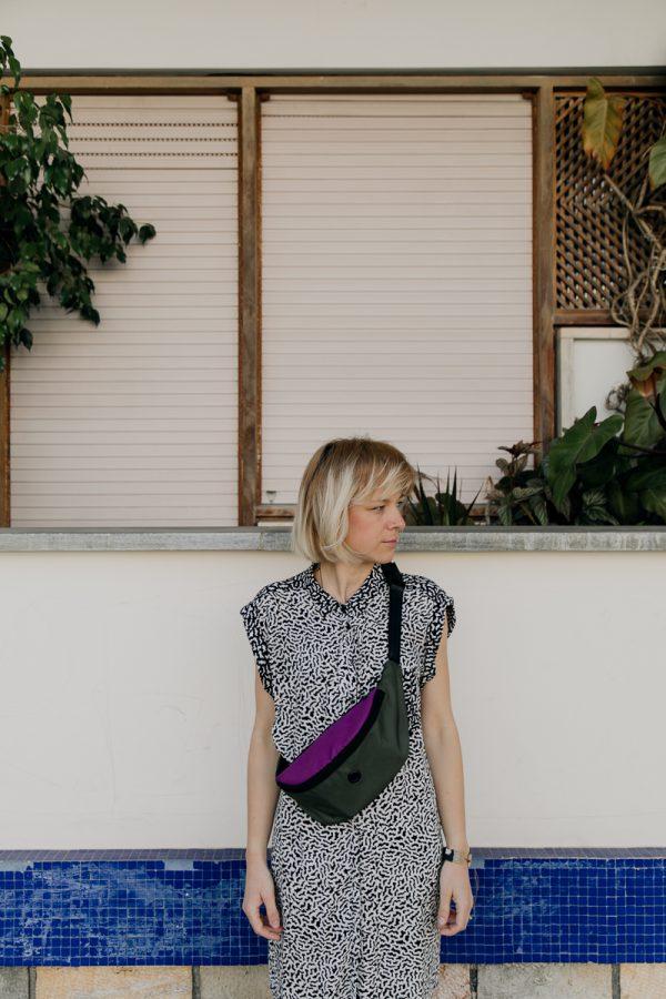 Kolorowa duża nerka BORÓWKA I ŻABA na dziewczynie o blond włosach