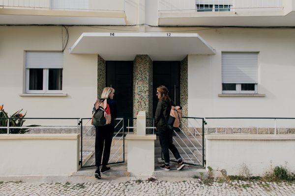 plecak POMARAŃCZE NA SOŚNIE na plecach dziewczyny wchodzącej przez bramkę ogrodzenia