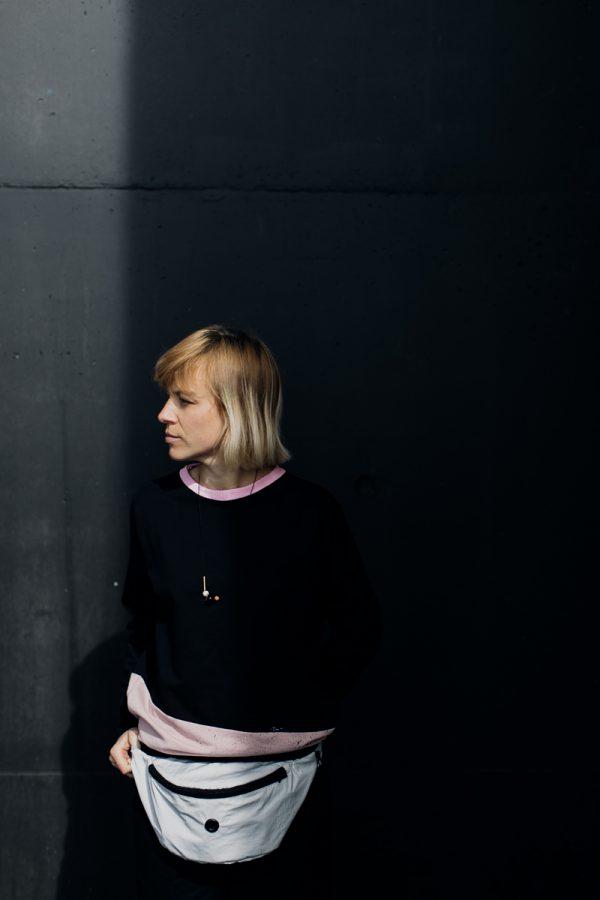 nerka xl SZARY GOFR na biodrach dziewczyny obróconej przodem