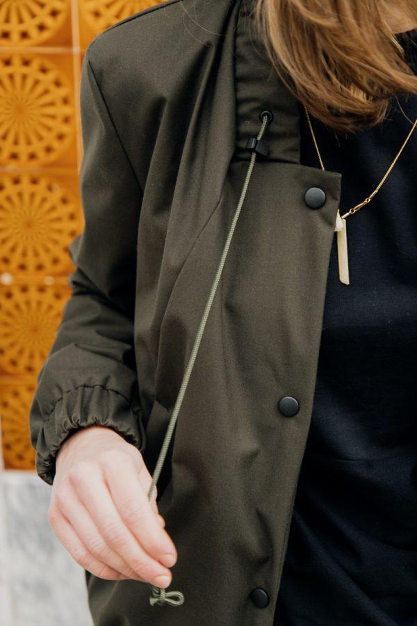 Fragment kobiety z widoczną ręką, ubranej w damską kurtkę bomberkę SZUWARY