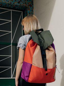 Plecak xxl PRAWIE CZARNY. Kolorowy bardzo duży plecak damski