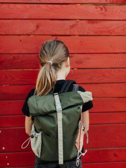 plecak dziecięcy ŁĄKA - Mały stylowy dziecięcy plecak. Wykonany ręcznie z wodoodpornej kodury i ortalionu. Polski Handmade. Zwijany komin.