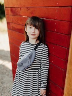 Mała dziecięca nerka wykonana ręcznie w kolorach zgaszonej i błękitnej szarości. Polski Handmade.