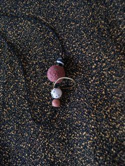 naszyjnik _ RAFA - ręcznie robiony kolorowy naszyjnik z lawą wulkaniczną, biżuteria handmade, naszyjnik z koralików w kolorach - pudrowo różowy, biały, czarny.