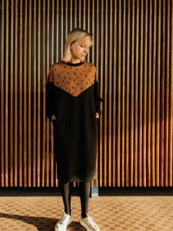 sukienka PESTKA - Długa damska bluza / sukienka / tunika / oversize w kolorach czarnym i piaskowo brązowym. Wzór w czarne kropki.