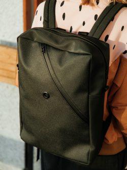 plecak SKOS - Czarny plecak damski/męski, handmade, skóropodobny materiał. Karabinek na klucze oraz podręczną kieszeń na laptop, portfel i telefon. Styl miejski.