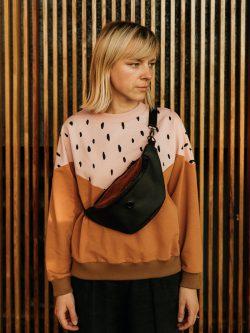 Nerka LAWA. Klasyczna czarna nerka z czarnymi zamkami z elementem w pomarańczowe plamki. Imitacja skóry.