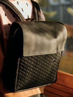Plecak KOSTKA czarna. Czarny plecak damski/męski, handmade, materiał skóropodobny. Posiada karabinek na klucze oraz podręczną kieszeń nalaptopa, portfel i telefon. Styl miejski.