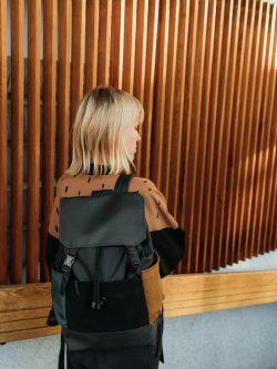 Plecak ZIEMISTY to ręcznie wykonany damski plecak w stylu miejskim,w kolorach czarnym, butelkowa zieleń oraz oraz brązowym. Imitacja skóry. Kieszeń na laptopa.