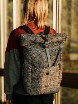 Plecak FARFOCLE - Szary plecak miejski damski lub męski, handmade, materiał z recyklingu - filc. Posiada podręczną kieszeń na laptop, portfel i telefon.