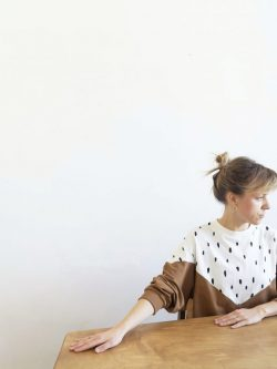 bluza PIEGOWATA bawełniania kolorowa bluza damska, szyta ręcznie w Polsce, handmade, kolory : ecru w plamki i karmelowy