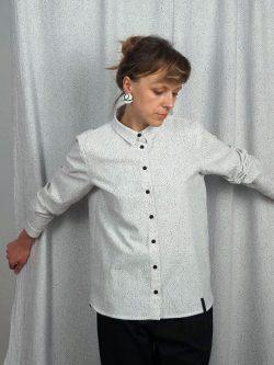 koszula BIEL- METR64 - Bawełniana, damska, biała koszula z delikatnym czarnym wzorem w małe czarne plamki. Naturalny materiał. Ręcznie wykonana.