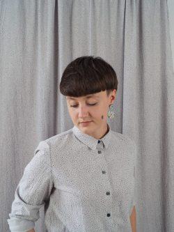 koszula KAMYK - METR64 - Bawełniana, damska, szara koszula z delikatnym czarnym wzorem w małe czarne plamki. Naturalny materiał. Ręcznie wykonana.