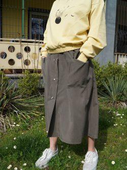 spódnica MECH- Długa damska spódnica w kolorze zieleni khaki/oliwkowej. Szyta ręcznie w polsce. Autorskie unikatowe wzorzyste guziki.