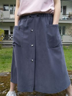 spódnica CHMURA- Długa damska spódnica w kolorze bladego granatu. Szyta ręcznie w polsce. Autorskie unikatowe wzorzyste guziki.