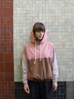 bluza MALINOWA PLAŻA - Damska bluza z kapturem w kolorach różu, karmelu i piaskowego beżu. Szyta ręcznie w Polsce, we Wrocławiu, z dbałością o szeczegóły.